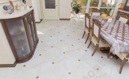 Укладка плитки на полу в кухне