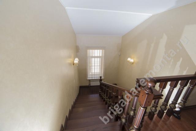 Лестница на второй этаж. Ремонт в доме