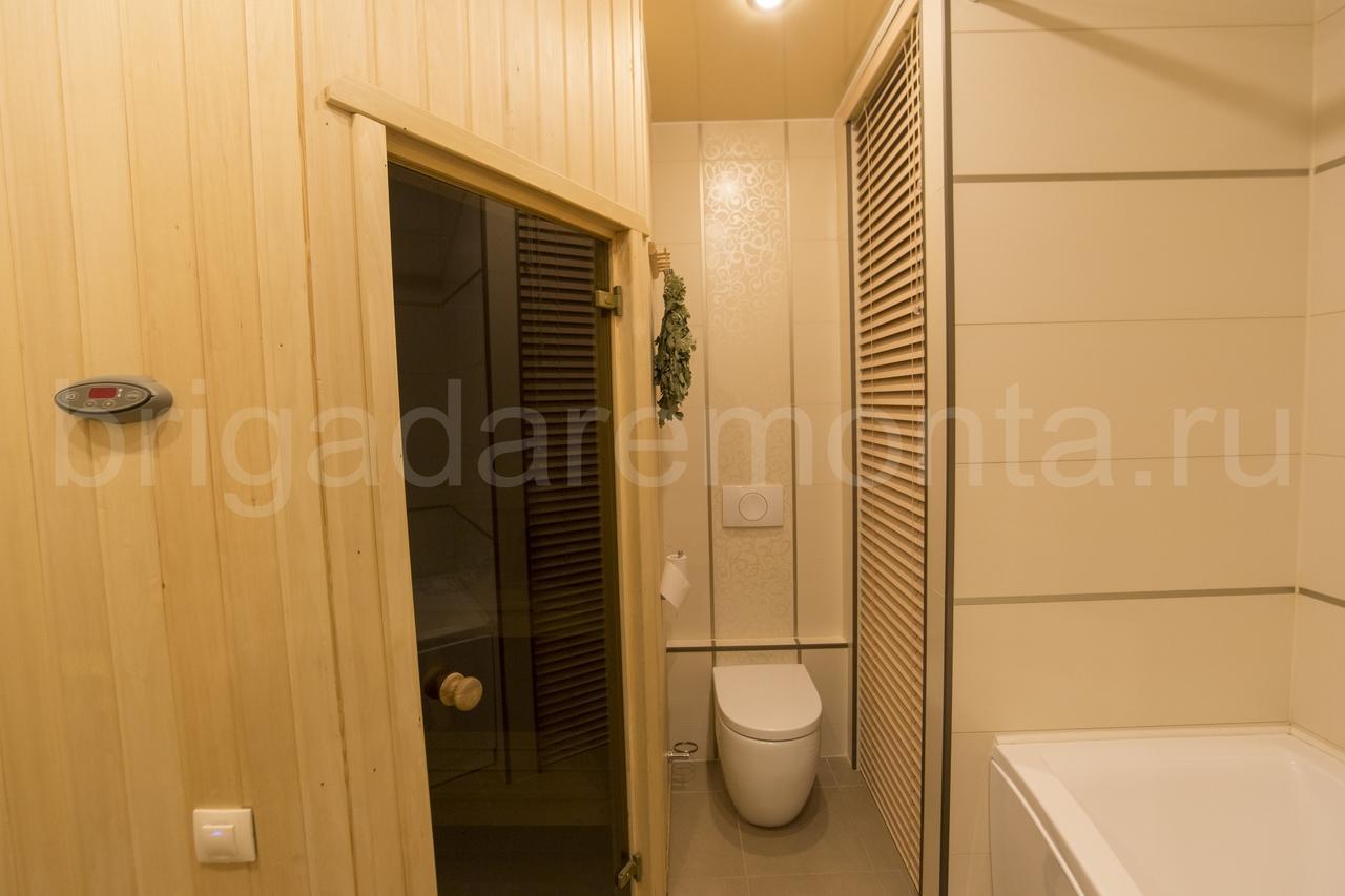 Дверь в сауну, туалет, веник банный, ванна