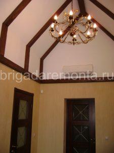 ремонт крыши,потолок,светильник в средневековом стиле, отделка деревом
