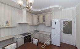 Белая кухня,холодильник,плита,светильник