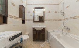 Умывальник в ванной, стиральная машина, ванна, зеркало,тумбочка