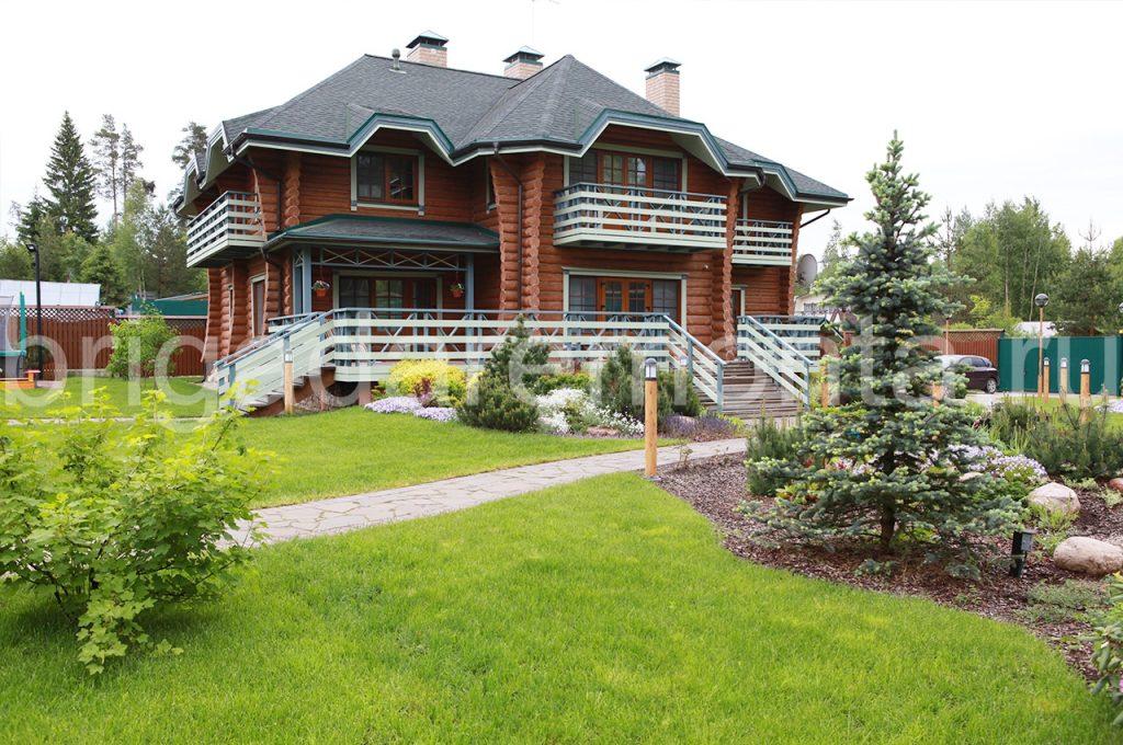 деревянный дом, балкон,лужайка,сосна
