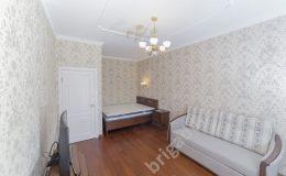 светильник в комнате, кровать,диван