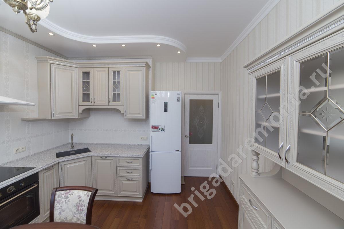 Кухня,холодильник,светлые тона,дверь в кухню