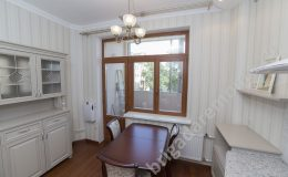 Дверь на болкон из кухни,стол,стулья,тумбочки на кухни