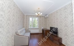кондиционер,диван,телевизор.обои с узорами.ремонт квартиры