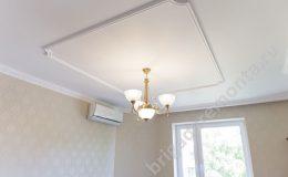 Люстра на потолке, кондиционер в квартире,окно