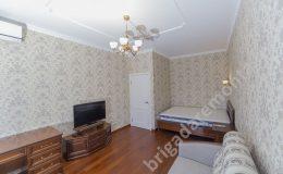 Ремонт квартиры, спальное место в комнате,диван,телевизор,поклейка обоев