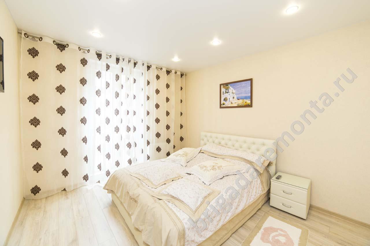 теплые тона в спальне, ремонт спальни, кровать и тумбочки, укладка ламината