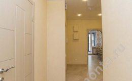 укладка плитки в коридоре, установка точечных светильников, дизайн квартиры, длинный коридор