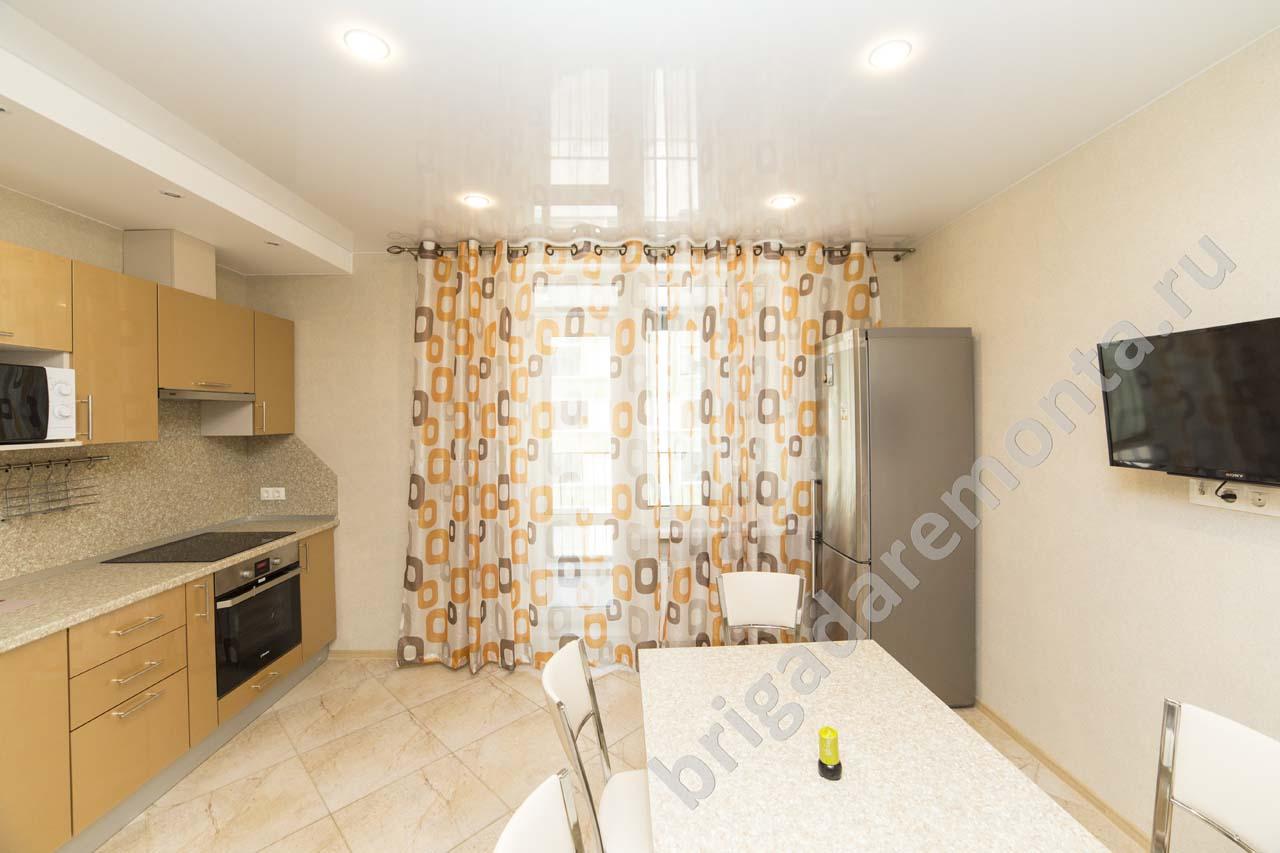 ремонт кухни в санкт-петребурге, окно на кухне, холодильник, установка встраиваемой кухни, натяжной потолок