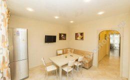 ремонт кухни, мебель на кухне, плитка на кухне,точечные светильники, холодильник, арочный проем