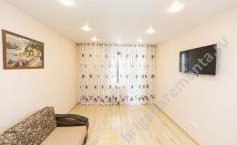 ремонт гостинной, телевизор, диван, точечные светильники,шторы, ламинат