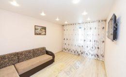 Ремонт зала, натяжной потолок, точечные светильники, диван, укладка ламината