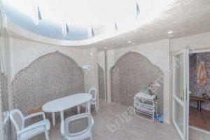 Комната отдыха возле сауны, сауна в доме, комната отдыха, натяжной потолок