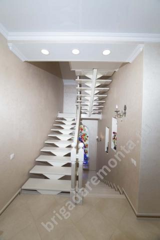 Лестница в доме, второй этаж, белая лестница