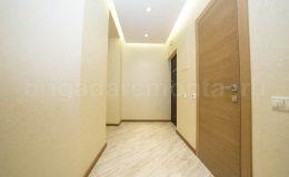 Точечные светильники по всей длине коридора